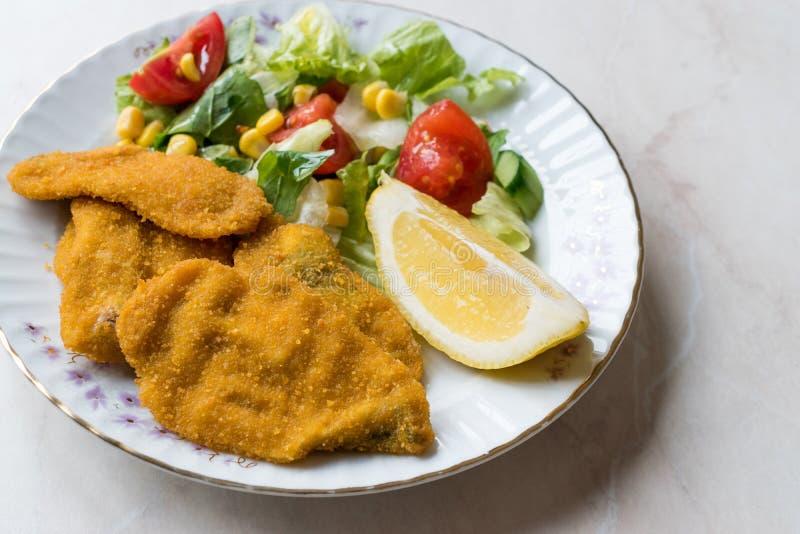 油煎的酥脆沙丁鱼接合板用沙拉和柠檬/海鲜Sardalya 库存照片