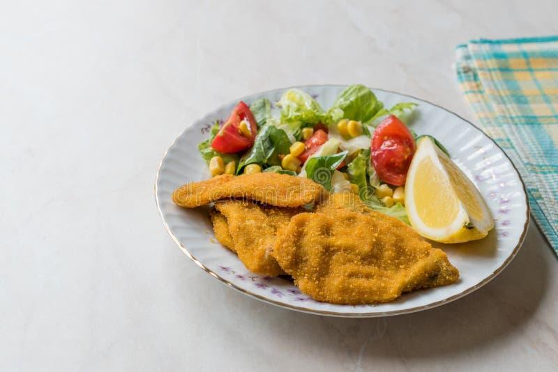油煎的酥脆沙丁鱼接合板用沙拉和柠檬/海鲜Sardalya 库存图片