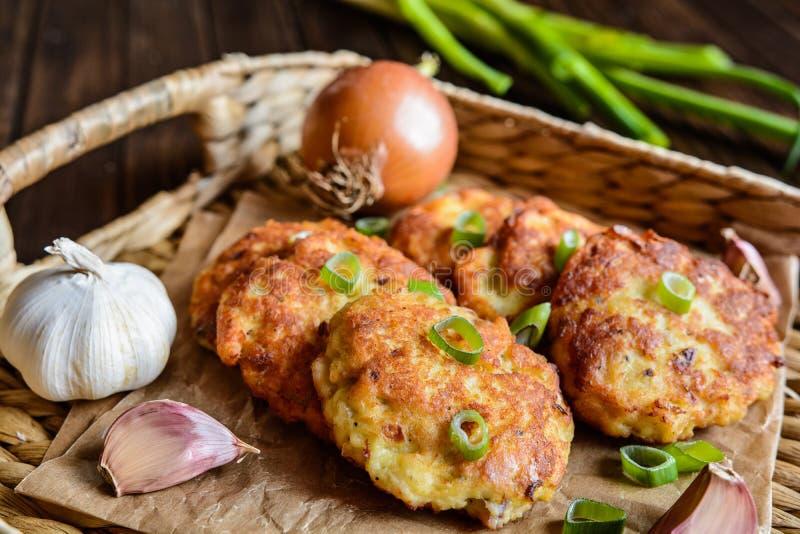 油煎的金枪鱼薄煎饼用土豆、葱和大蒜 库存照片