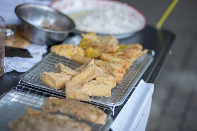 油煎的面条卷、油煎的豆腐和酥脆油煎的玉米球,素食食物 免版税库存照片