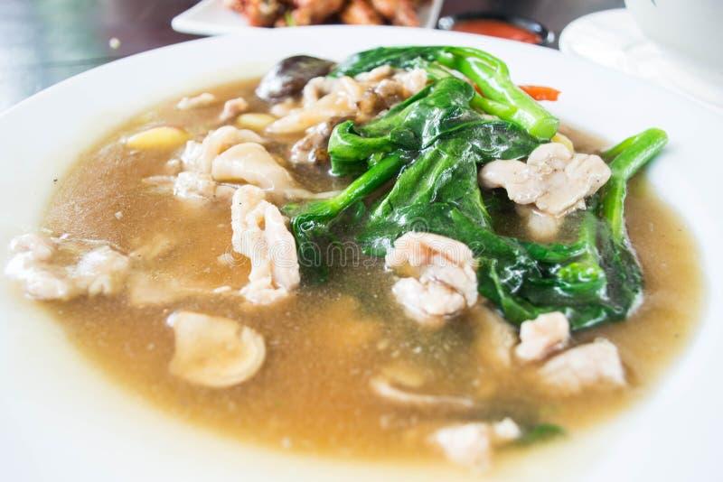 油煎的面条小汤用猪肉和菜 图库摄影