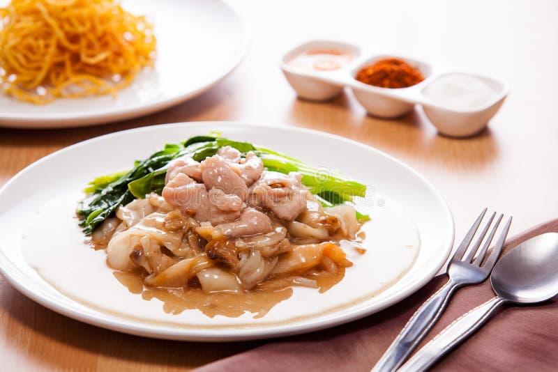 油煎的面条用在小汤的猪肉 库存图片