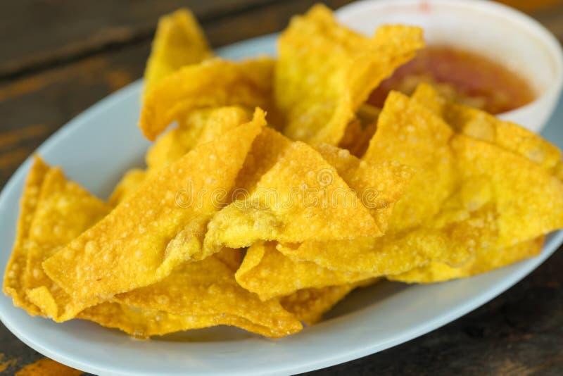 油煎的饺子:中国食物,亚洲食物 被油炸的馄饨 库存照片