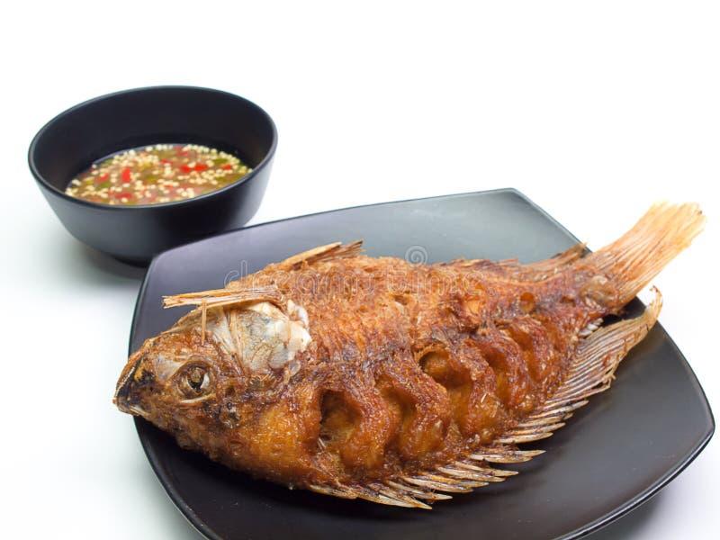 油煎的鱼在板材投入了它 免版税图库摄影