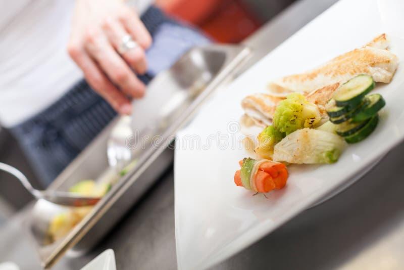 油煎的鱼片和菜 图库摄影