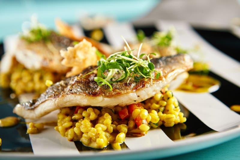 油煎的鱼用咖喱意大利煨饭 库存图片
