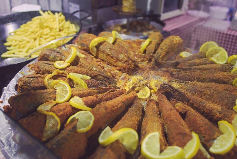 油煎的鱼用柠檬 免版税库存照片