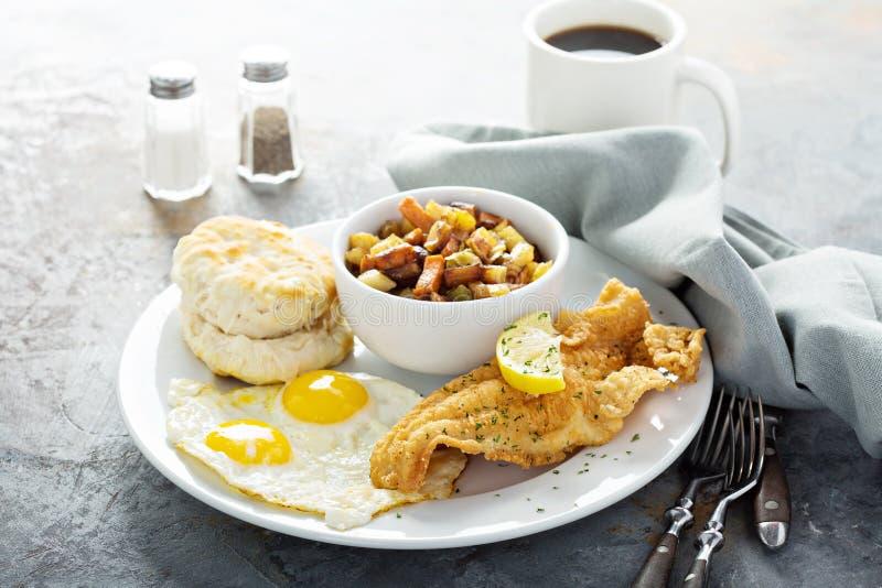 油煎的鱼用早餐与鸡蛋的晴朗的边 图库摄影