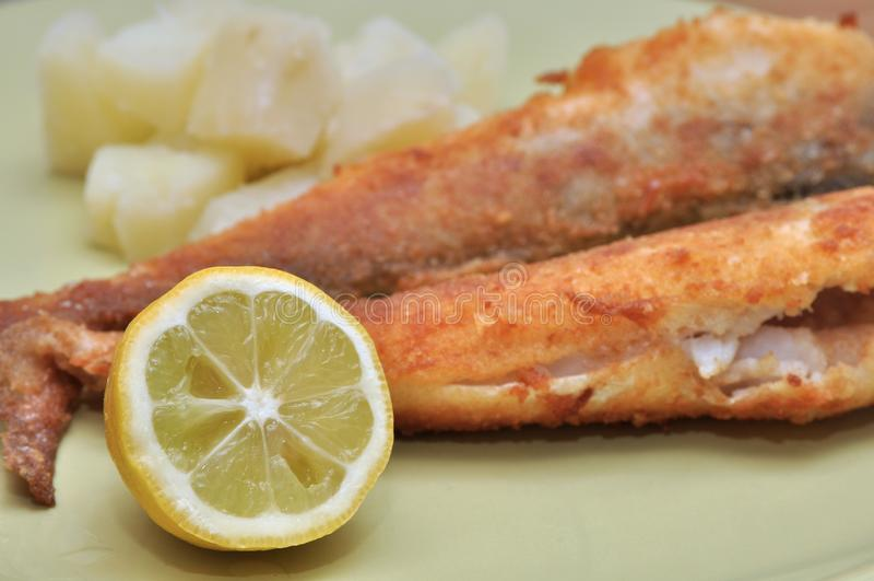 油煎的鱼用柠檬 免版税库存图片