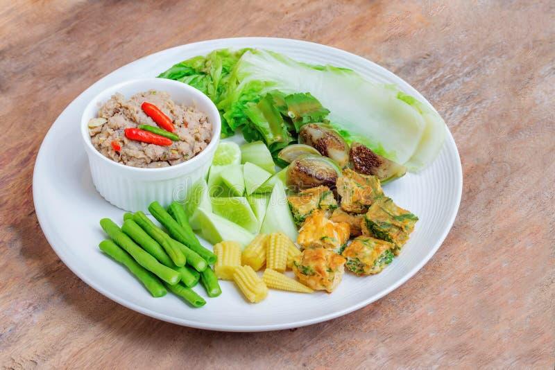 油煎的鲭鱼用虾与煮沸的菜的酱调味汁 免版税库存照片