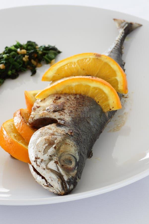 油煎的鲭鱼辣调味汁verde 库存图片