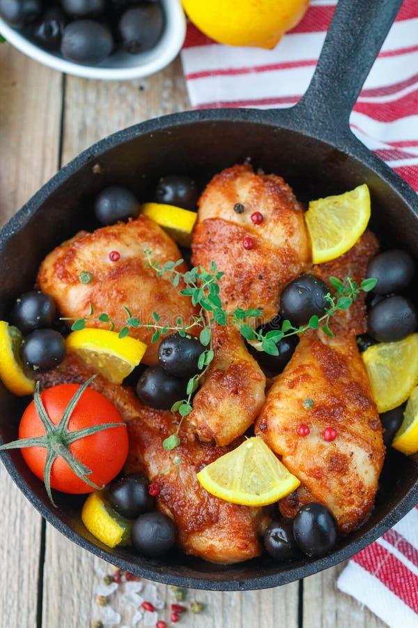 油煎的鸡 炸鸡腿用柠檬和橄榄 免版税库存照片