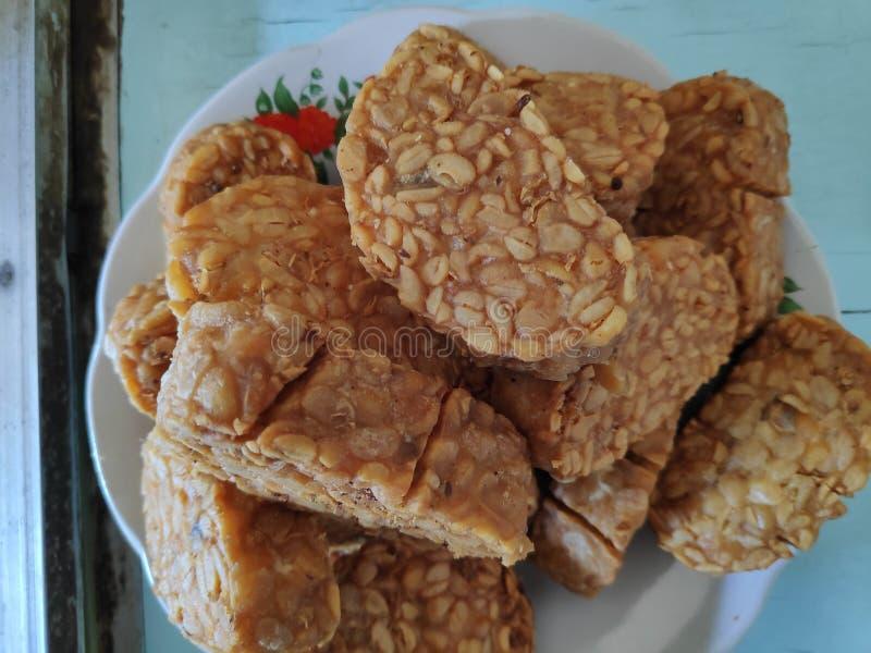 油煎的tempeh,是由被发酵的大豆做的特别食物用特别蘑菇, 库存照片