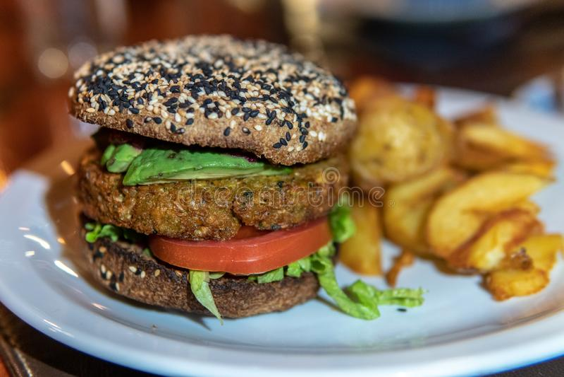 油煎素食者的汉堡用蕃茄和 免版税库存图片