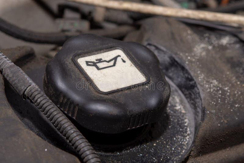 油罐的柴油引擎插座 油柴油汽车马达 平面上的倾吐的机器润滑油有黑背景 库存照片