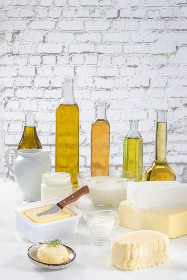 油脂烹饪品种在白色墙壁的 库存照片