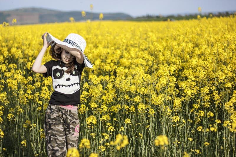 油菜领域的女孩 免版税库存图片