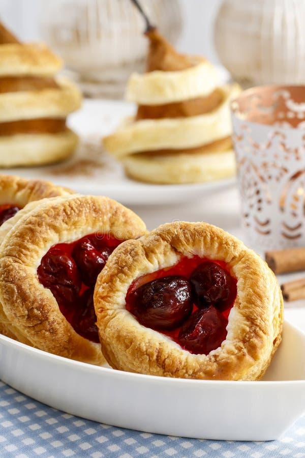 油酥点心曲奇饼用樱桃 图库摄影