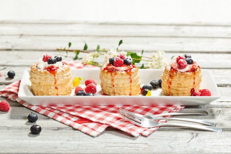 油酥点心用香草冰淇凌和奶油、蓝莓和r 免版税库存照片