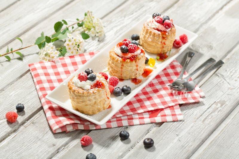 油酥点心用香草冰淇凌和奶油、蓝莓和r 库存照片
