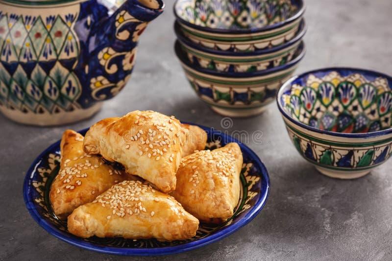 油酥点心用鸡肉, samosa,东方乌兹别克人烹调 免版税库存照片