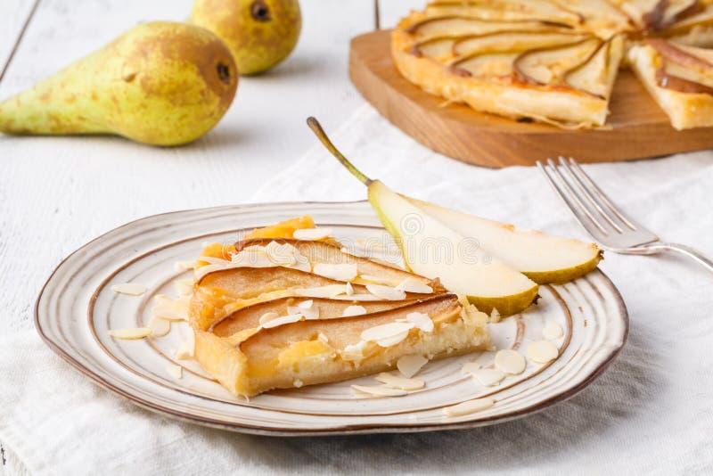 油酥点心饼用乳酪和梨在板材 库存图片