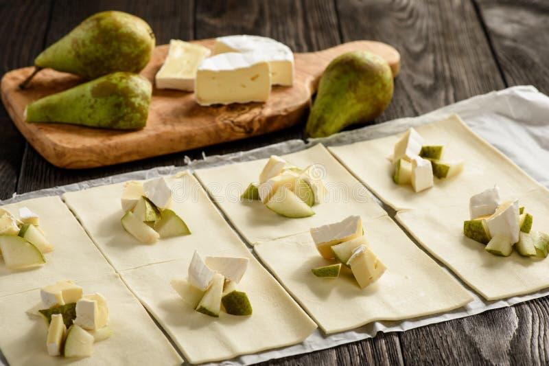 油酥点心饼用软制乳酪乳酪和梨 免版税库存图片