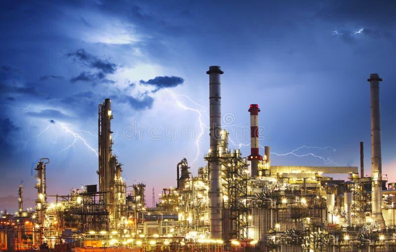 油indutry精炼厂-有闪电的工厂 库存照片
