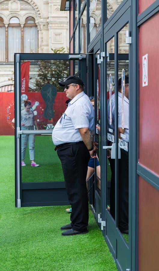 治安警卫在红场的足球迷区域在Mosco 免版税图库摄影