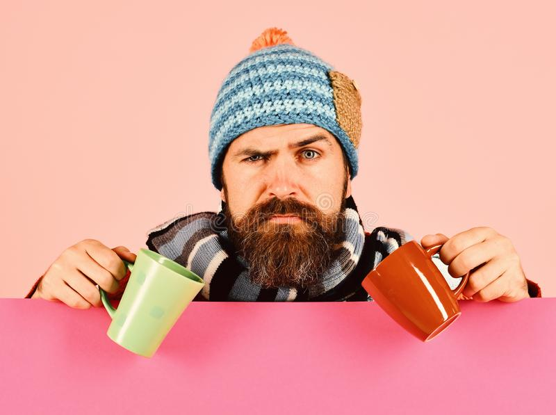 治疗和饮料想法的粉末混合物 秋天病症和流感概念 温暖的帽子的人 库存图片