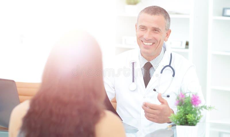 治疗师与患者谈论治疗的结果 库存照片