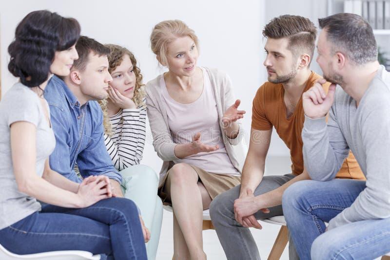 治疗师谈话与患者 库存照片