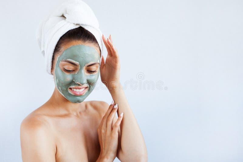 治疗蓝色泥面罩的年轻美丽的妇女  温泉 库存照片