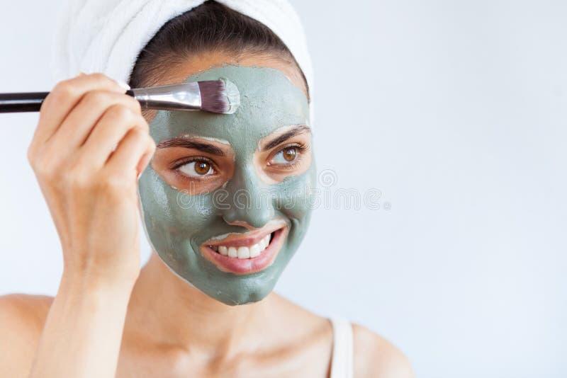 治疗蓝色泥面罩的年轻美丽的妇女  温泉 库存图片