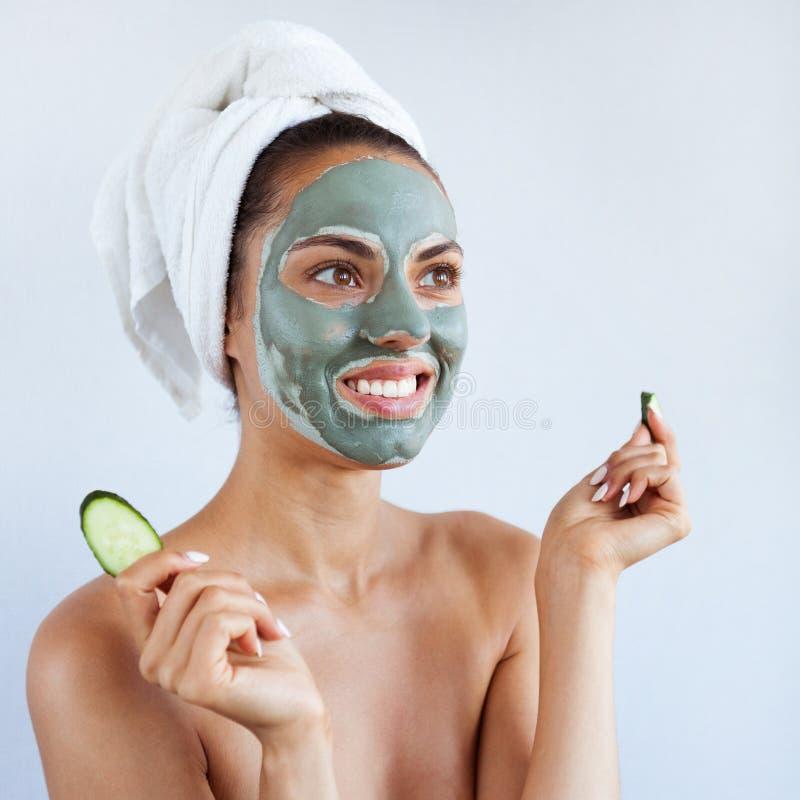 治疗蓝色泥面罩的年轻美丽的妇女  温泉 免版税库存照片