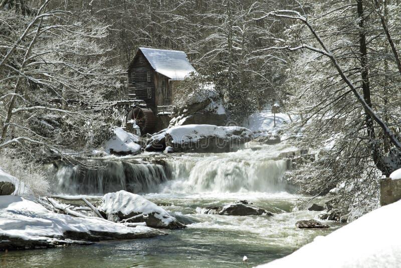 沼地小河段磨房在冬天 免版税库存图片