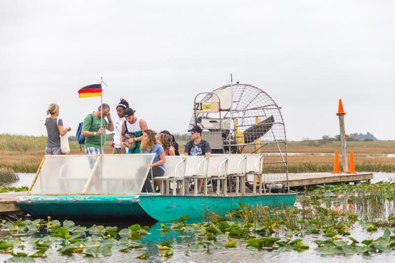 沼泽地,佛罗里达,美国- 2016年12月8日:在美洲红树森林的汽船游览在沼泽地陷入沼泽 免版税库存照片