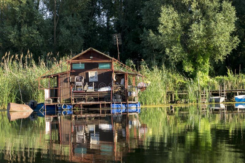 沼泽的浮动房子 库存图片