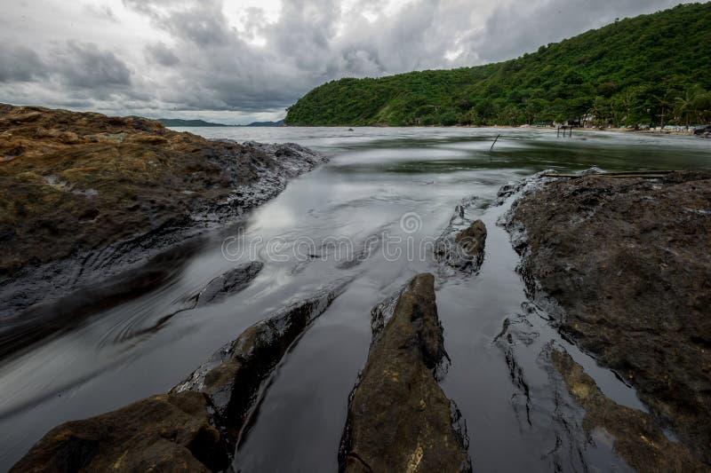 沾染海的油泥在漏油灾害期间在阁沙梅岛海岛,罗勇,泰国 免版税库存照片
