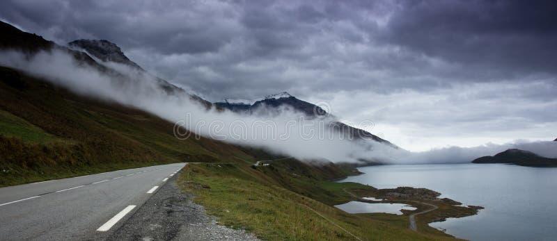 沿一个山湖的山路在法国阿尔卑斯 库存图片