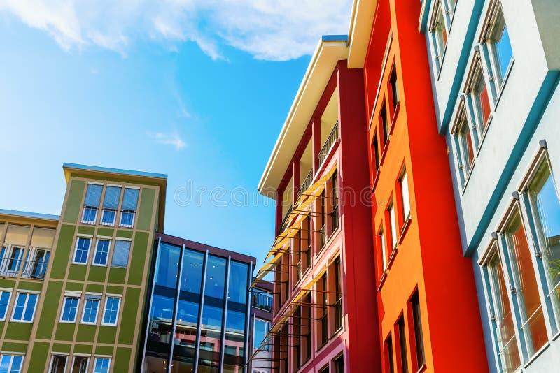 沿一个正方形的五颜六色的房子门面在市斯图加特,德国 免版税库存图片