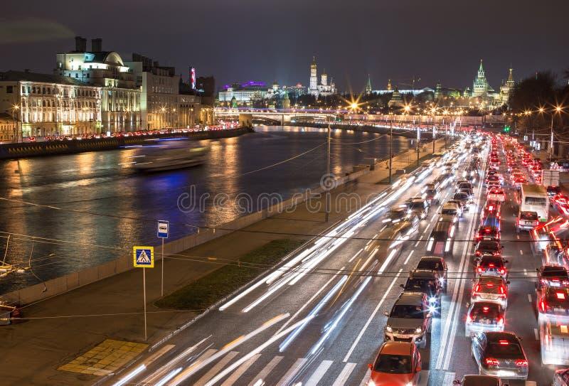 沿一条城市河的夜交通在莫斯科 免版税图库摄影