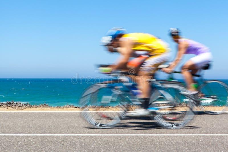 沿一条沿海路的骑自行车者竞争 免版税图库摄影