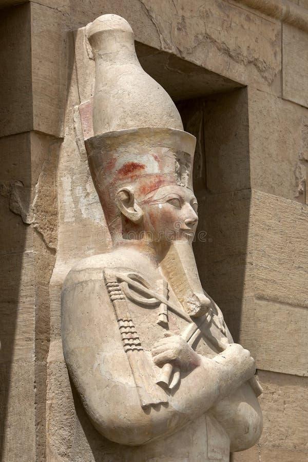 沿上部大阳台站立在Hatshepsut太平间寺庙在Deir AlBahri在埃及的其中一根Osirid柱子 库存照片