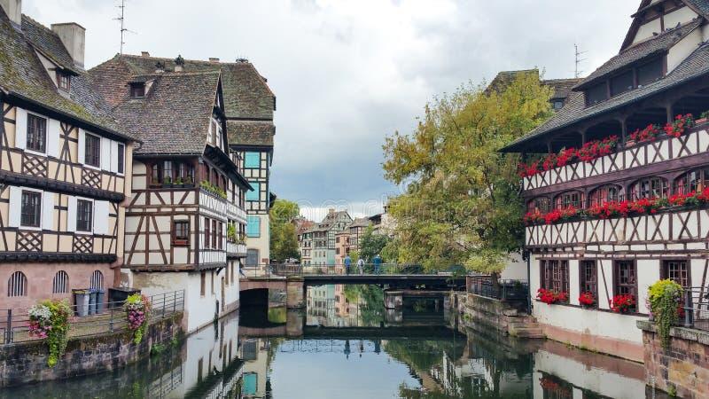 沿不适的河的议院在史特拉斯堡,小的法国处所在一个晴天 库存照片