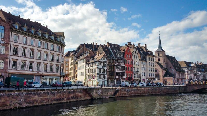 沿不适的河的议院在史特拉斯堡,小的法国处所在一个晴天 免版税图库摄影