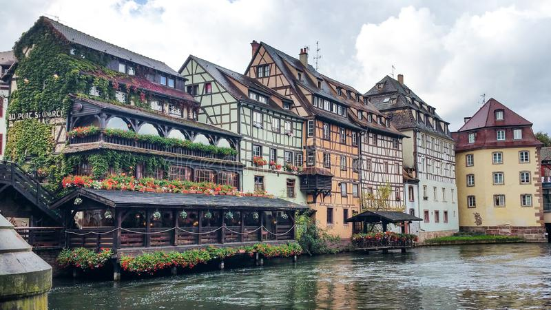 沿不适的河的议院在史特拉斯堡,小的法国处所在一个晴天 免版税库存图片