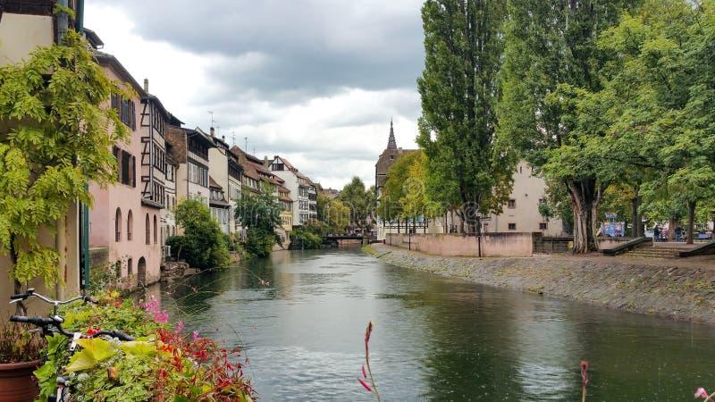 沿不适的河的议院在史特拉斯堡,小的法国处所在一个晴天 图库摄影