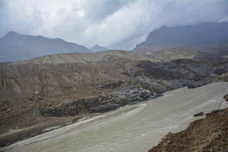 沿中巴国际公路的印度河 免版税库存照片
