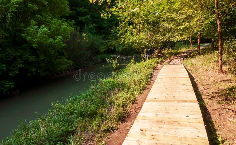沿九英里奔跑的一个木走道在弗利克公园在匹兹堡,宾夕法尼亚,美国 库存照片